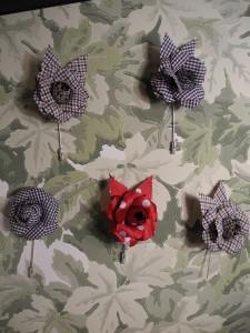 Flor-solapa-sobre-follaje-cole&son